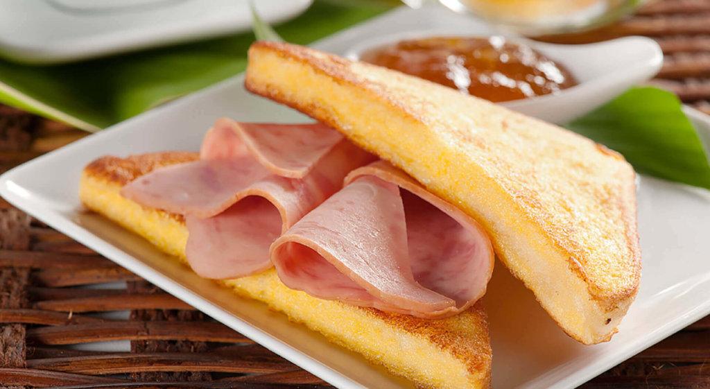 Desayuno con tostadas y jamón Cunit