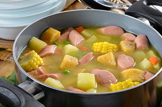 Sopa de verduras con salchicha manguera